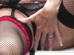 Old non-professional housewife playing with her hungy cum-hole