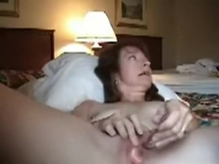 Mature woman makes her love tunnel squirt