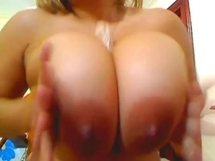 Busty Latina pampers her melons