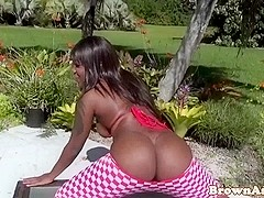 Bootyshaking ebony babe takes facial
