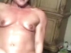 Muscular bodybuilding webcam chick strokes her pussy